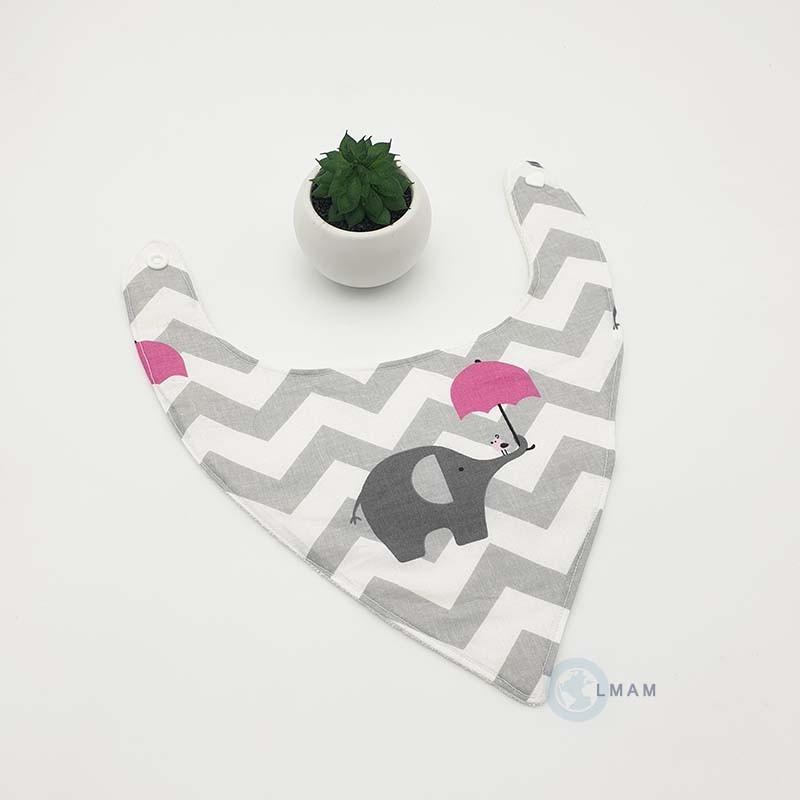Bavoir bandana pour bébé gris, blanc et rose. Un éléphant tient un petit parapluie rose.