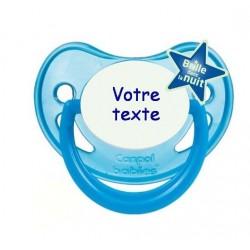 """Tétine personnalisée pour bébé au prénom de l'enfant  qui brille dans la nuit """"bleu nuit""""."""