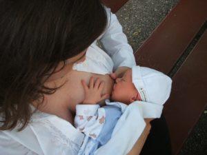 maman allaitant un bébé au sein