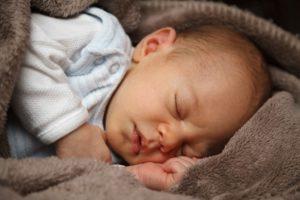 bébé dormant dans une couverture