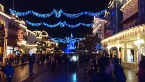 Mainstreet à Disneyland Paris pendant Noël décorée de guirlandes