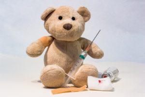 ours en peluche avec seringue et pansement