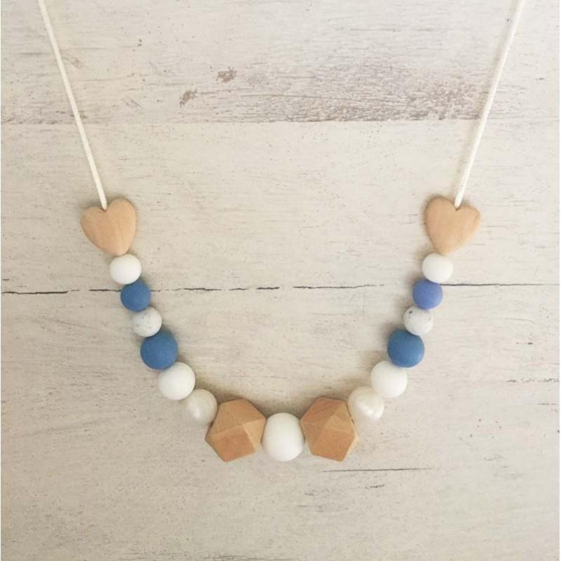 collier de portage et d'allaitement bleu et cœur en bois