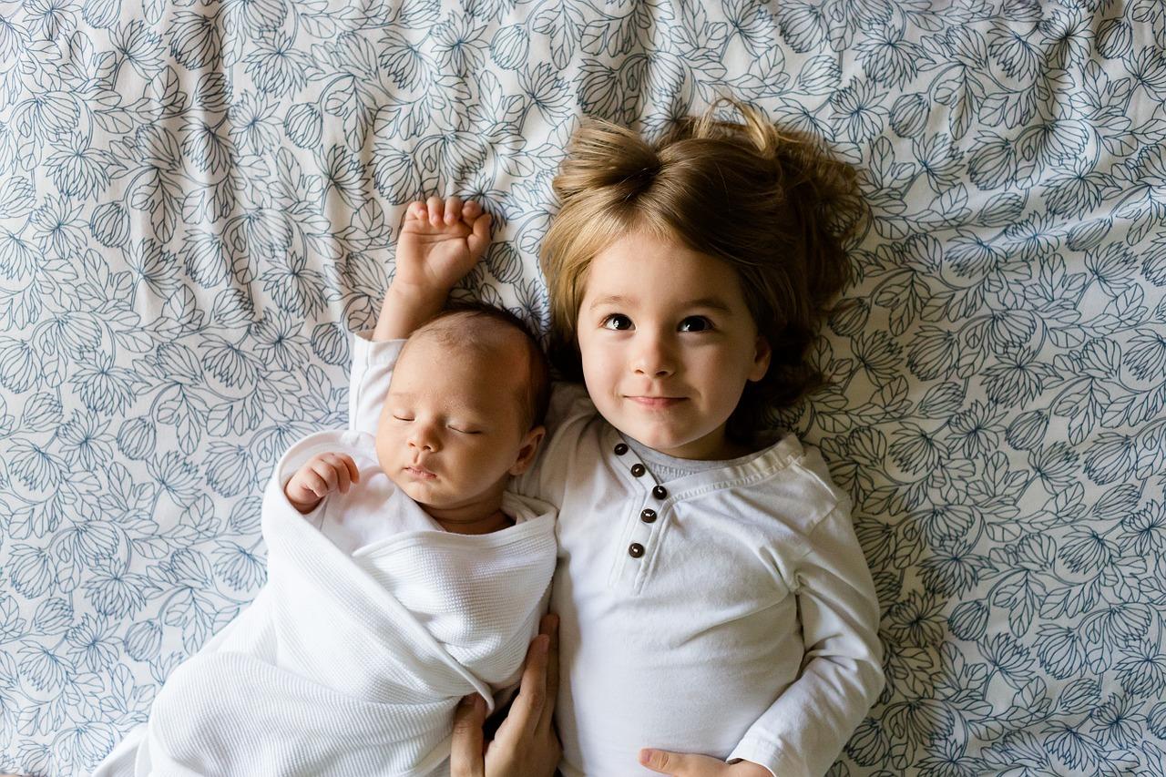 aîmé avec son frère cadet - nouveau né