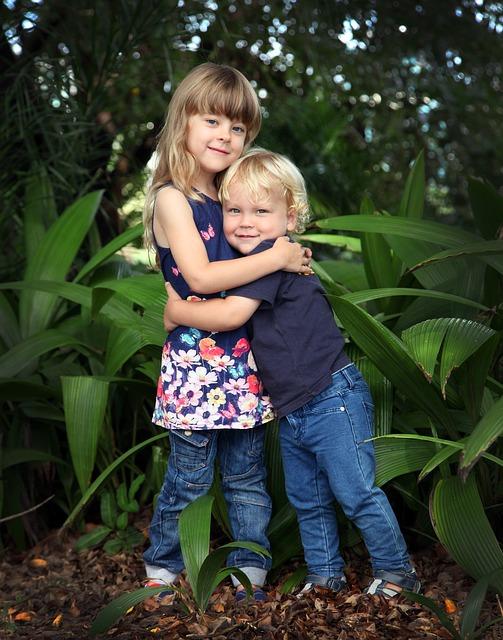 Grande soeur avec son petit frère
