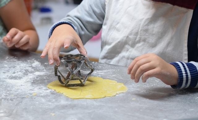 Enfants faisant de la pâtisserie