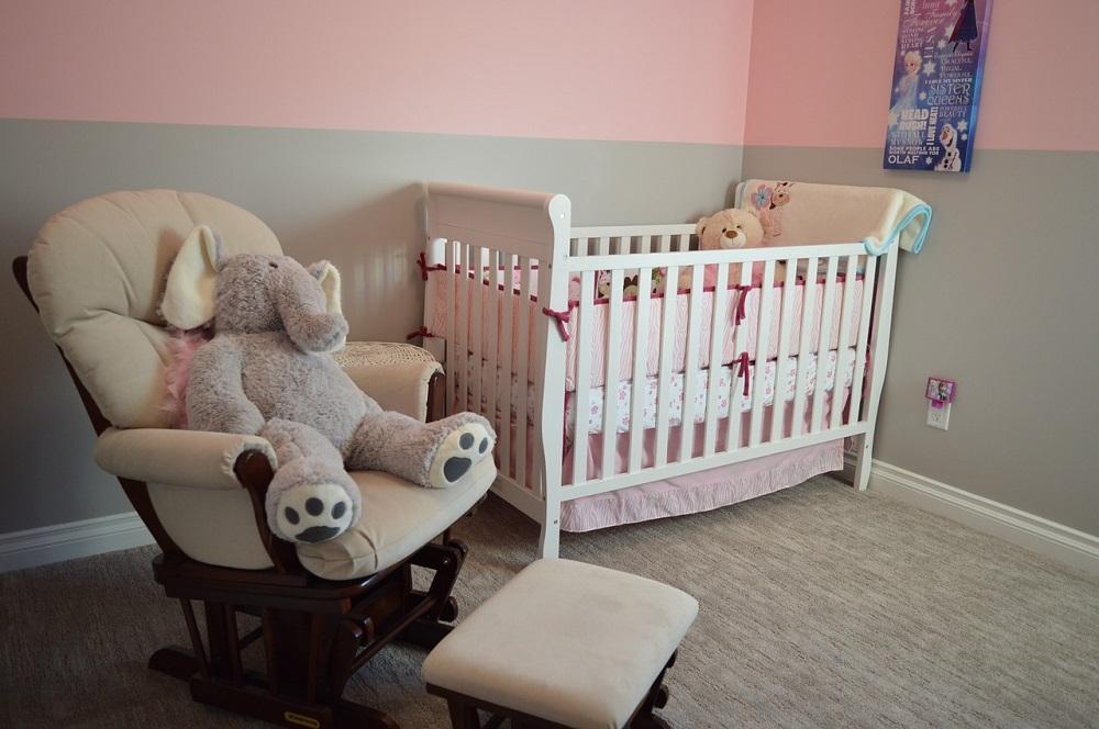 chambre de bébé avec éléphant en peluche