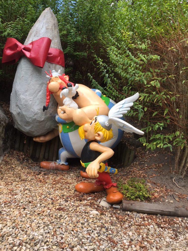 Astérix et Obélix portant un menhir