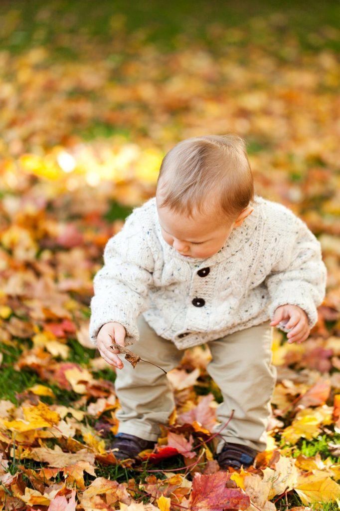 bébé marche l'automne feuille morte