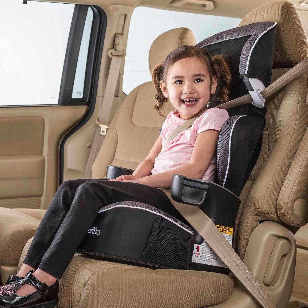 siège auto fixé par la ceinture de sécurité