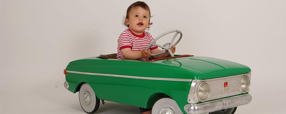 bébé dans une petite voiture