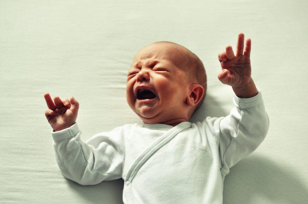 Bébé qui pleure, frustration des parents, bébé secoué