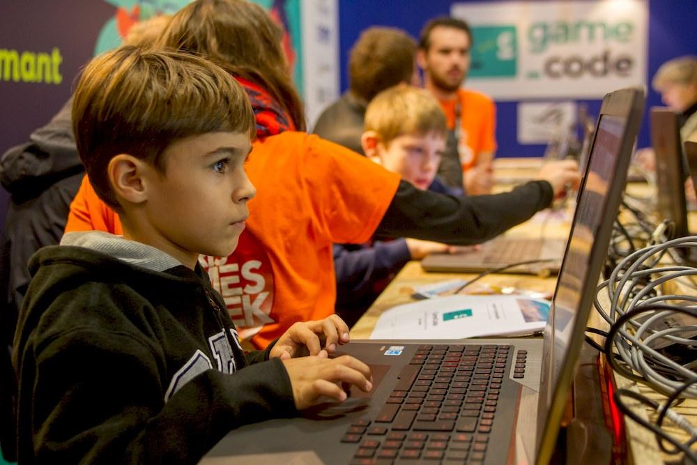 enfant apprend à coder un jeu vidéo à l'atelier gamecode de la paris games week