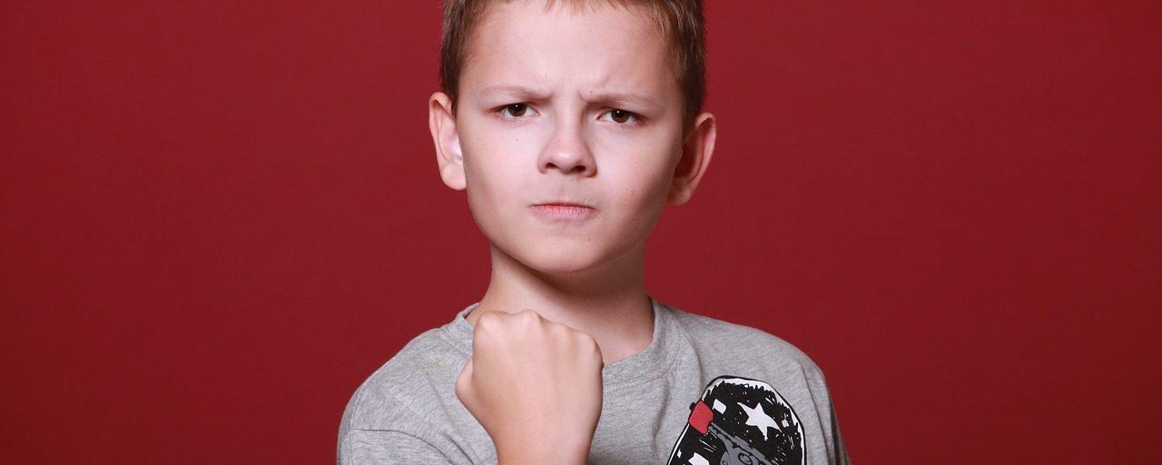 jeune garçon en colère
