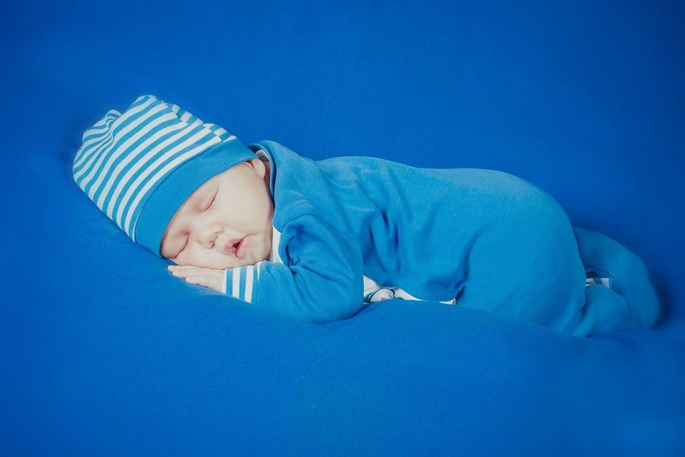 bébé qui dort en pyjama bleu