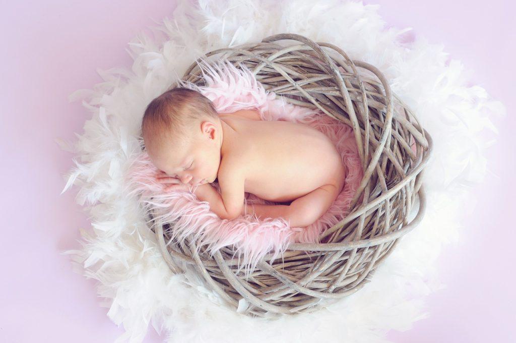 image stylisée de bébé dormant dans un panier