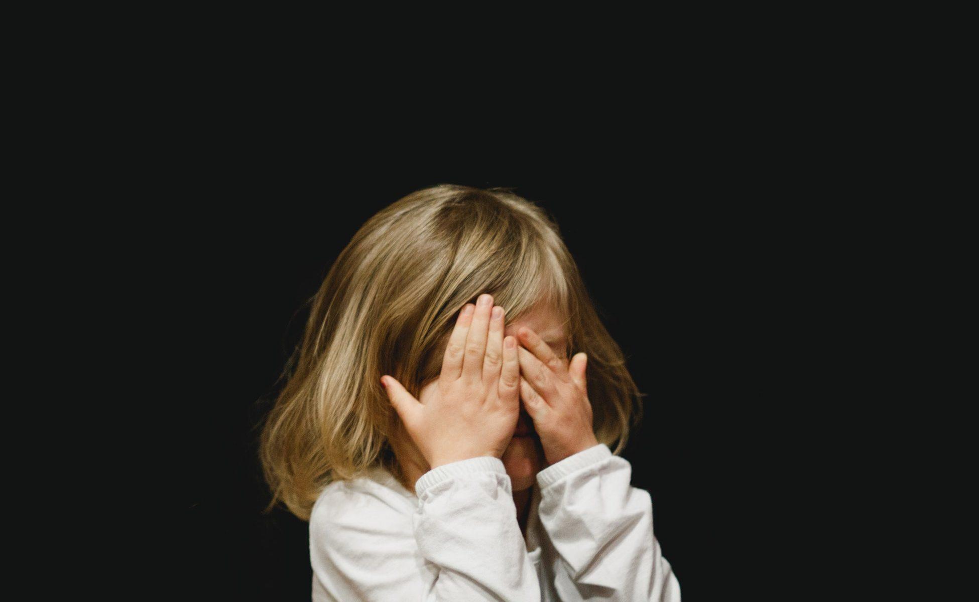 petite fille se cache le visage, énervée, trouble de lattention