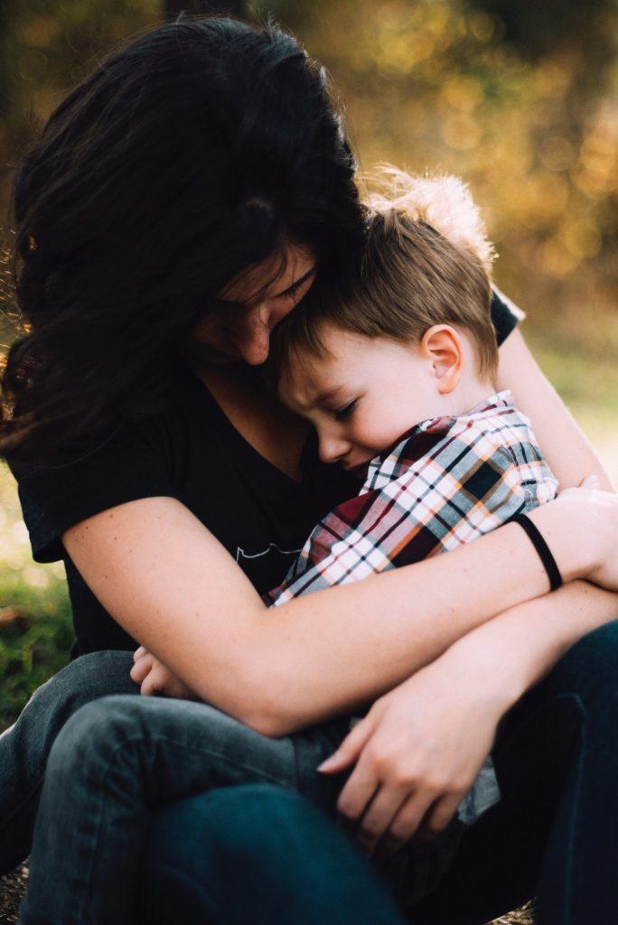 enfant énervé dans les bas de sa mère - trouble de l'attention