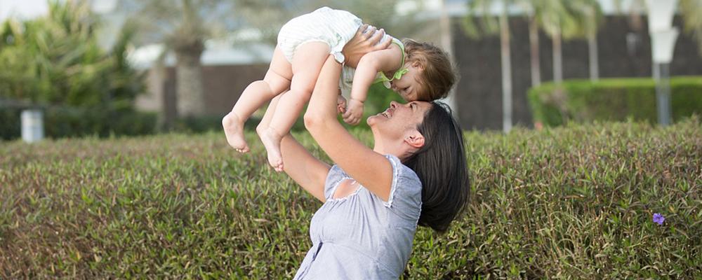 maman avec son bébé dans un jardin