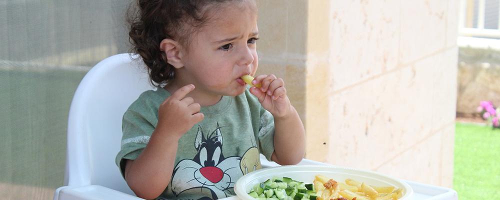 bébé mange des pâtes