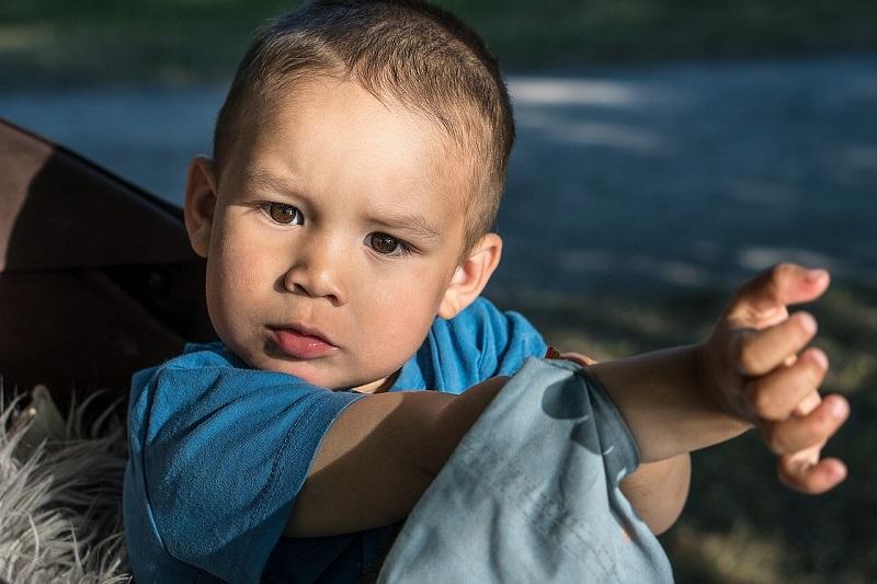 garçon crise des 2 ans