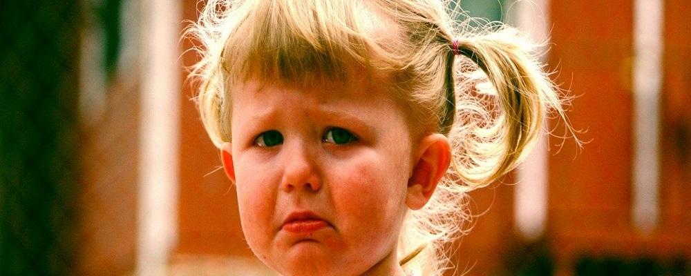 petite fille qui pleure crise des 2 ans