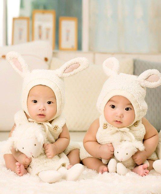 bébés oreilles jumeaux